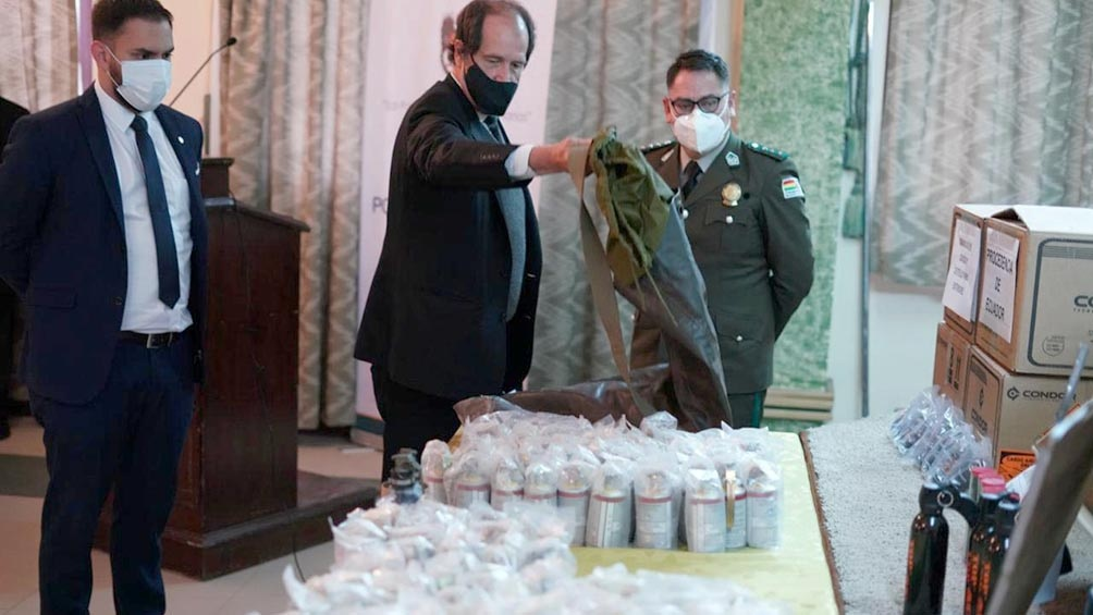 El ministro de Gobierno boliviano exhibió documentos y municiones encontradas en los depósitos de la policía que corresponderían al envío de material represivo por parte gobierno de Mauricio Macri.