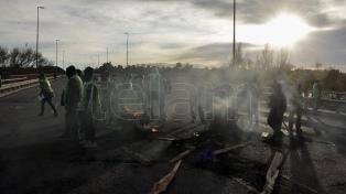 Río Negro: estatales realizan cortes en accesos a la provincia por mejoras salariales