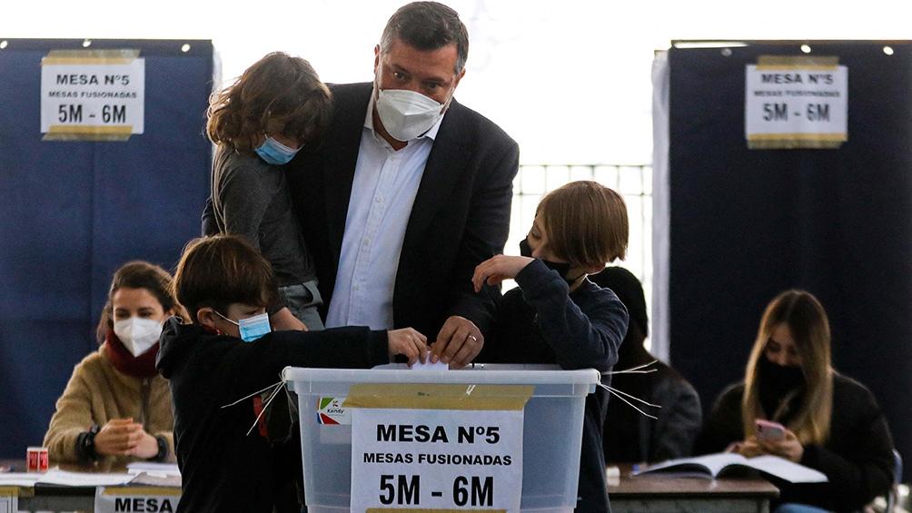 El ganador de la derecha,Sebastián Sichel, de 43 años, tiene como antecedente haber sido ministro de Desarrollo Social del presidente Sebastián Piñera.