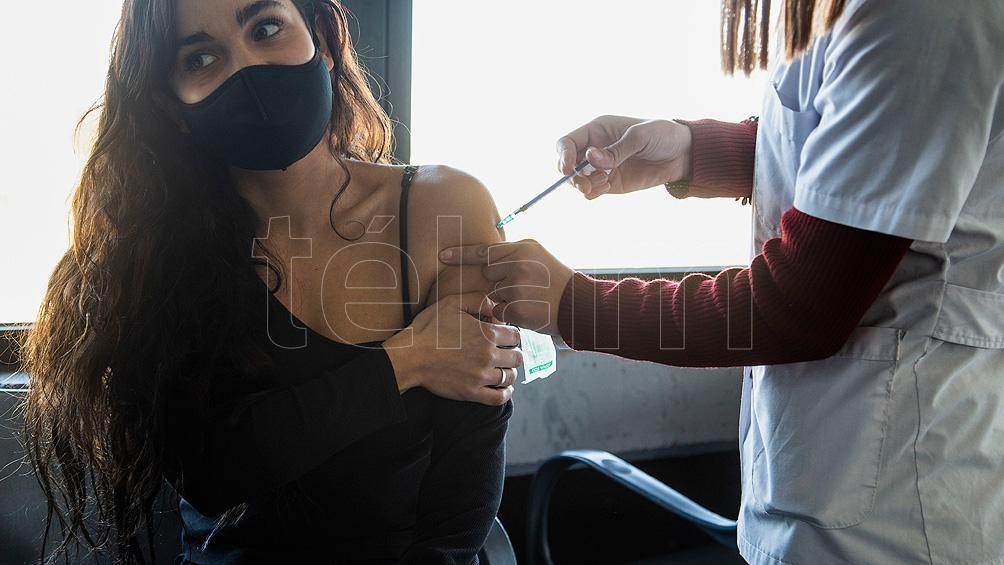 En Buenos Aires, desde este martes los mayores de 30 años pueden recibir la primera dosis de la vacuna sin turno previo.  Foto: Leo Vaca