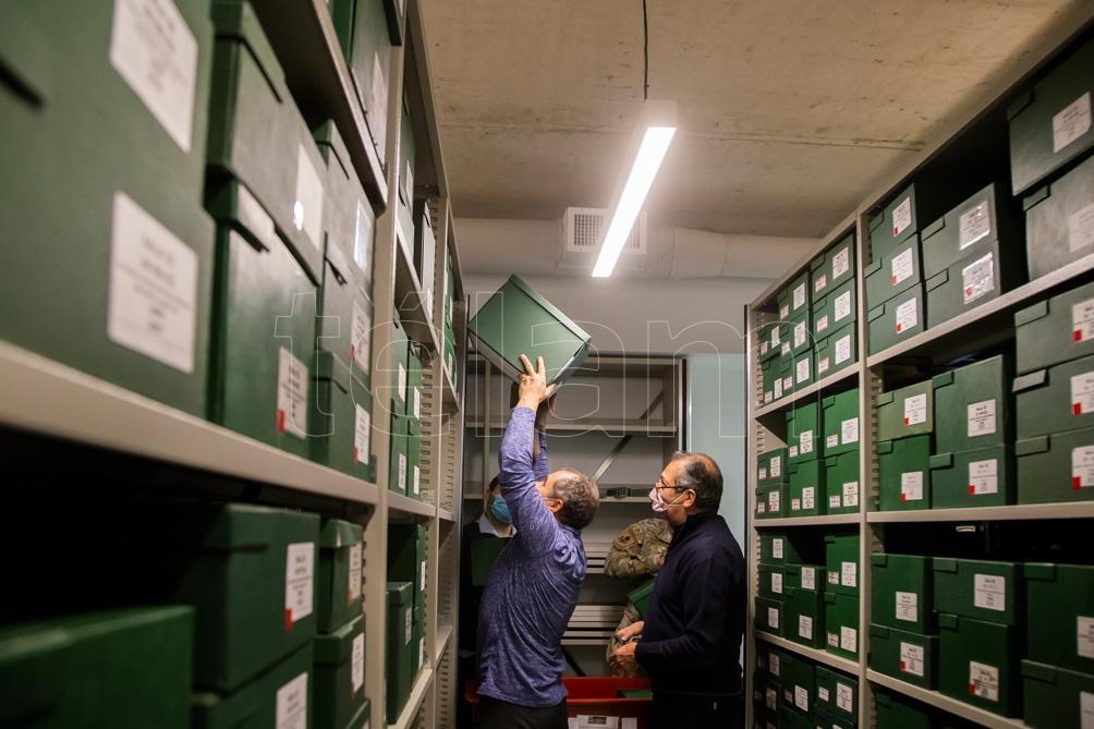 Uno de los depósitos con estanterías regulables y móviles para ocupar menos espacio. (Foto: Leo Vaca/Télam).