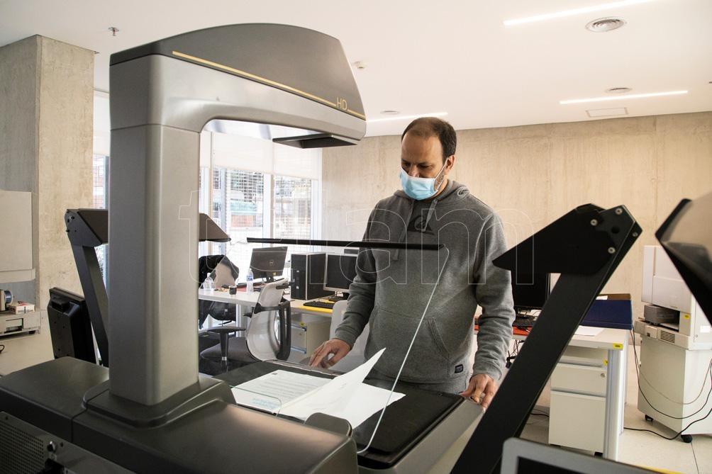 Uno de los pisos está destinado a la digitalización y conservación de los materiales, con la temperatura y humedad adecuadas.. (Foto: Leo Vaca/Télam).