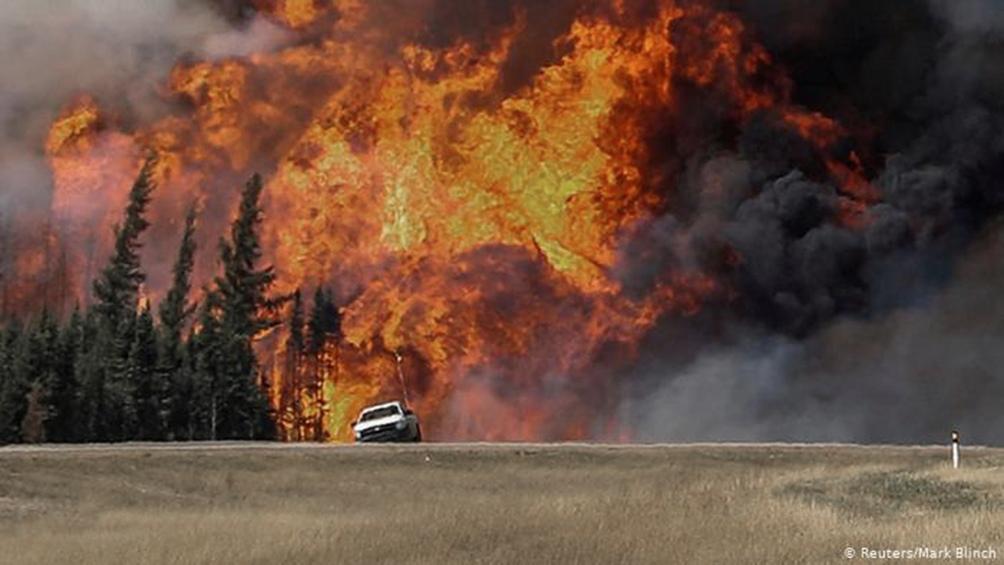 Miles de personas escapan de incendios forestales en Canadá y el oeste de Estados Unidos