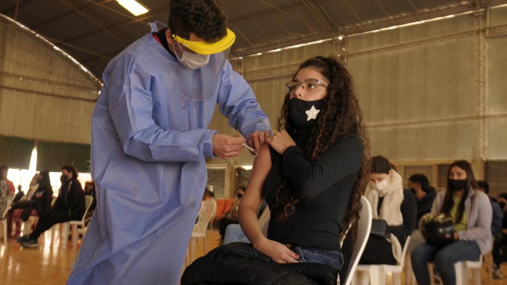 Ese grupo de la población se estima en 900.000 personas, por lo que se requerirán 1,8 millones de dosis para el esquema completo de inmunización. Foto: Emilio Rapetti.