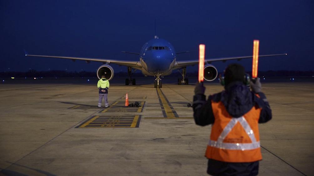 Este jueves llega el último vuelo del mes desde China.