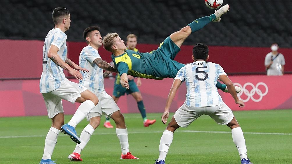 Australia cuida el 1-0 ante Argentina que genera juego y sufre infracciones de parte de los oceánicos