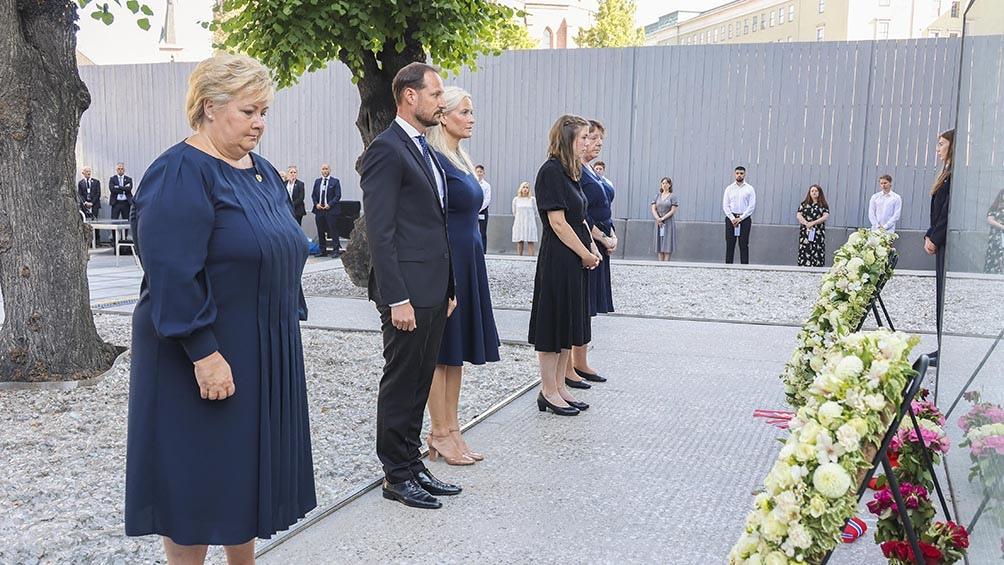 La primera ministra noruega, Erna Solberg, encabezó el primer homenaje de la jornada, que tuvo lugar cerca de la sede del Gobierno en Oslo. Foto: AFP