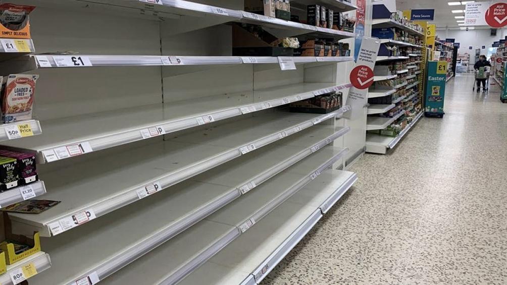 En las portadas de casi toda la prensa británica de este jueves había fotos de estantes de supermercados vacíos.