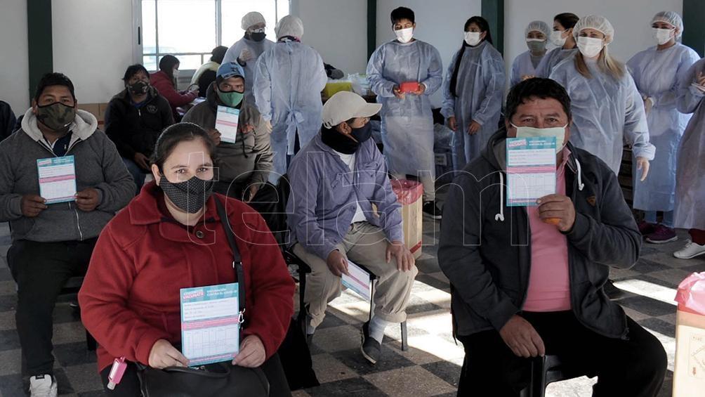 Participaron , un total de once vacunadores junto a referentes de la Unión de Trabajadores y Trabajadoras de la Tierra promocionaron la actividad por las quintas del barrio. (Foto Eva Cabrera)