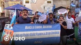 Marcharon con máscaras de Maradona para que las naciones ricas paguen su deuda ecológica