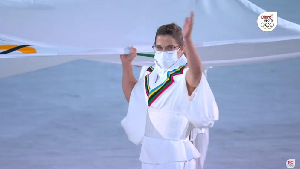 Paula Pareto, una de los seis atletas que acompañó el ingreso de la bandera olímpica.