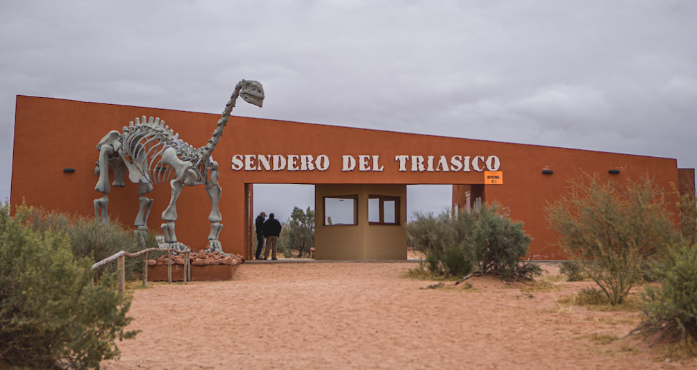 El recorrido dura 3 horas con 5 estaciones dedicadas a la geología, flora nativa, arqueología y miradores.