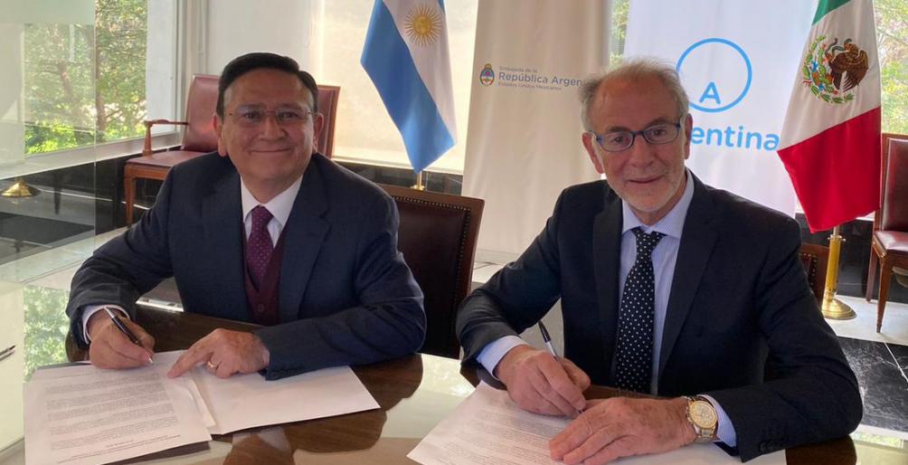 El director General de Seguridad Alimentaria Mexicana, Ignacio Ovalle Fernández, y el secretario de Relaciones Económicas Internacionales argentino, Jorge Neme, firman el acuerdo.