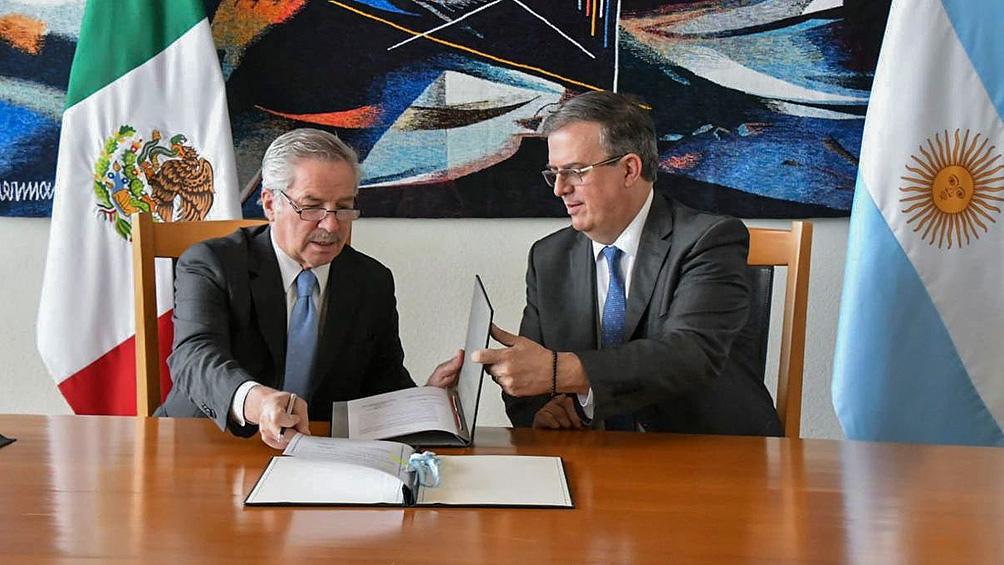 Solá y el canciller mexicano Marcelo Ebrard firmaron acuerdos relacionados con cooperación cultural y asistencia humanitaria.