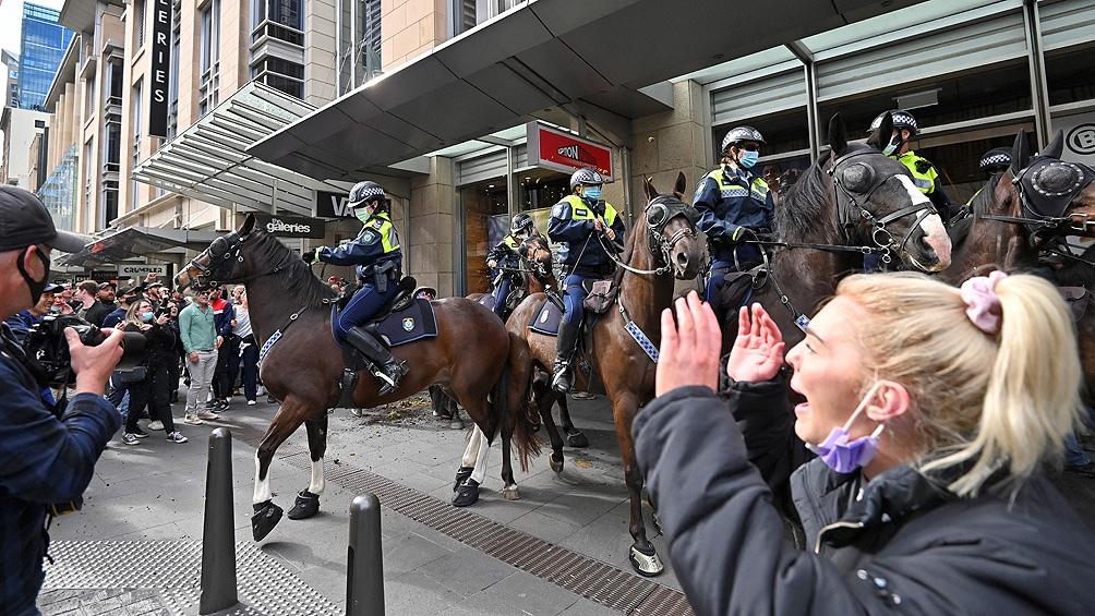 Más de 50 detenidos y disturbios en las protestas contra el confinamiento en Australia