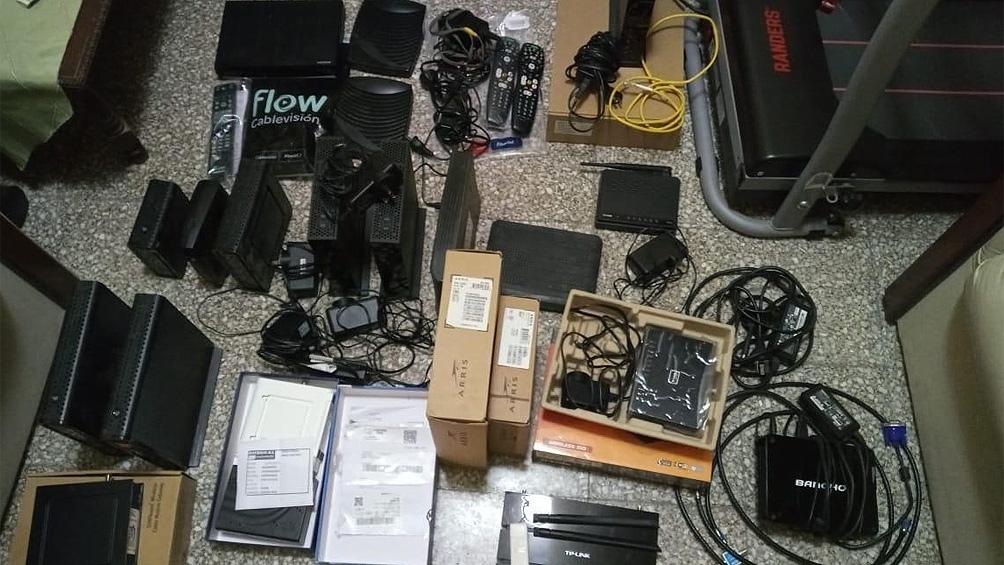 En los allanamientos se secuestraron armas de fuego, herramientas, vehículos e indumentaria de empresas de cable