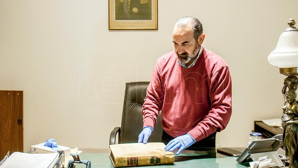 """Viaña sostuvo que esas actas """"son el documento más importante que tenemos hoy en el archivo de la provincia"""". Foto: Emilio Rapetti"""