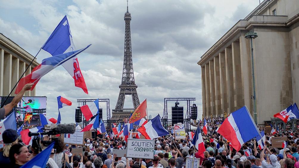 Más de 70 detenidos durante protestas contra los pases sanitarios en Francia.