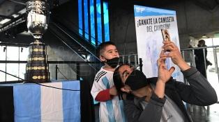 Miles de hinchas se fotografiaron con la réplica de la Copa América en el barrio de Messi