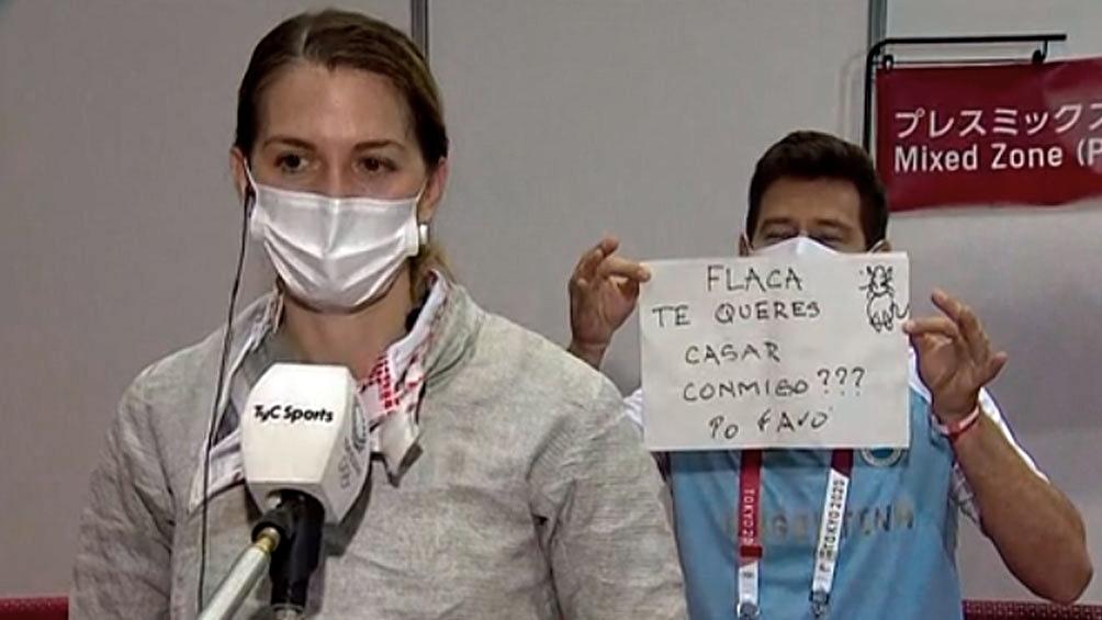 El momento donde Lucas le propuso casamiento a Bélen Pérez Maurice en un movil en vivo (Imagen TV TyC Sports)