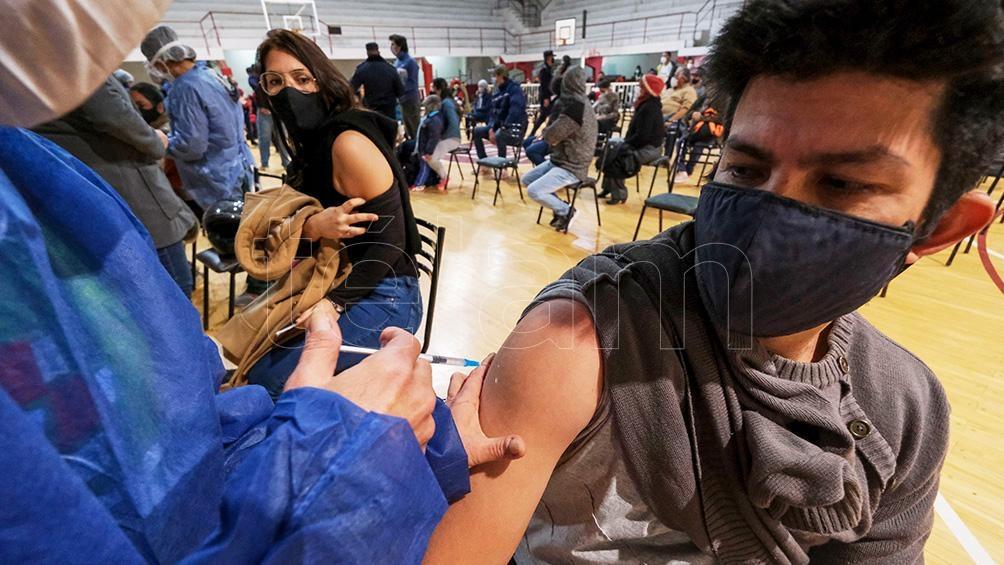 El avance en la vacunación se produce mientras el país alcanzó este viernes 14 semanas de descenso sostenido de casos de coronavirus. Foto: Germán Pomar.