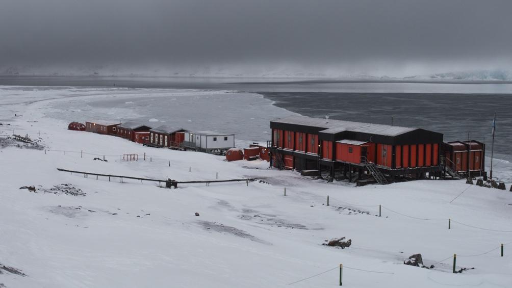 La base es administrada y operada por la Dirección Nacional del Antártico y el Instituto Antártico Argentino controla y ejecuta los proyectos científicos que se desarrollan a lo largo del año. Foto: Instituto Antártico Argentino