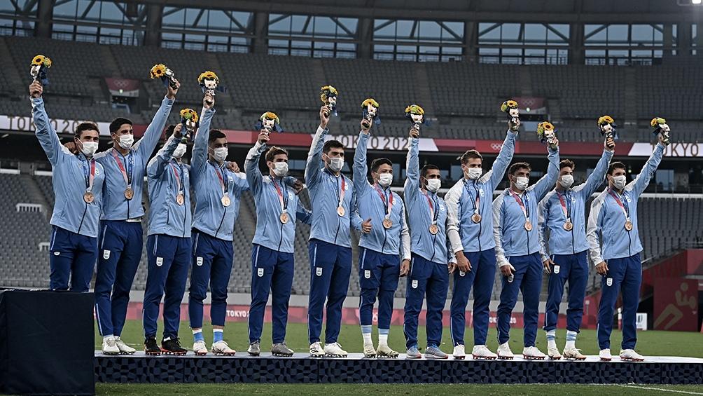 El seleccionado argentino de rugby seven, en el último escalón del podio. (Foto: AFP)
