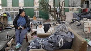 En medio de un intenso frío, unas 100 familias mantienen la ocupación de un predio del Barrio 31