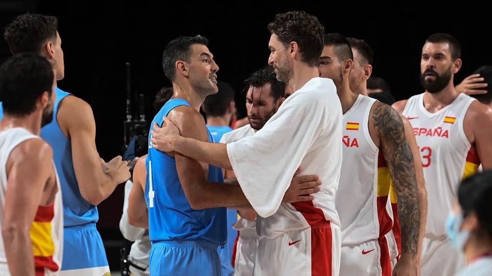 Scola se saluda con Pau Gasol al final del partido.