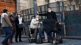 Personas en sillas de ruedas protestan en la Legislatura contra los microdepartamentos