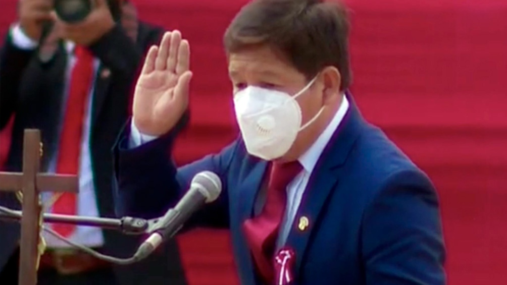 Bellido, de 41 años y con trayectoria poco conocida en política, juró en quechua ante Castillo. Foto: captura TV.