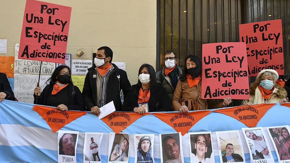 """Los manifestantes decidieron """"acompañar a Marina (Charpentier), que hace años trabaja con la adicción"""" de su hijo. Foto: Eliana Obregón."""