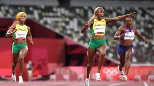 La jamaiquina Thompson-Herah ganó el oro con récord mundial en los 100 metros llanos