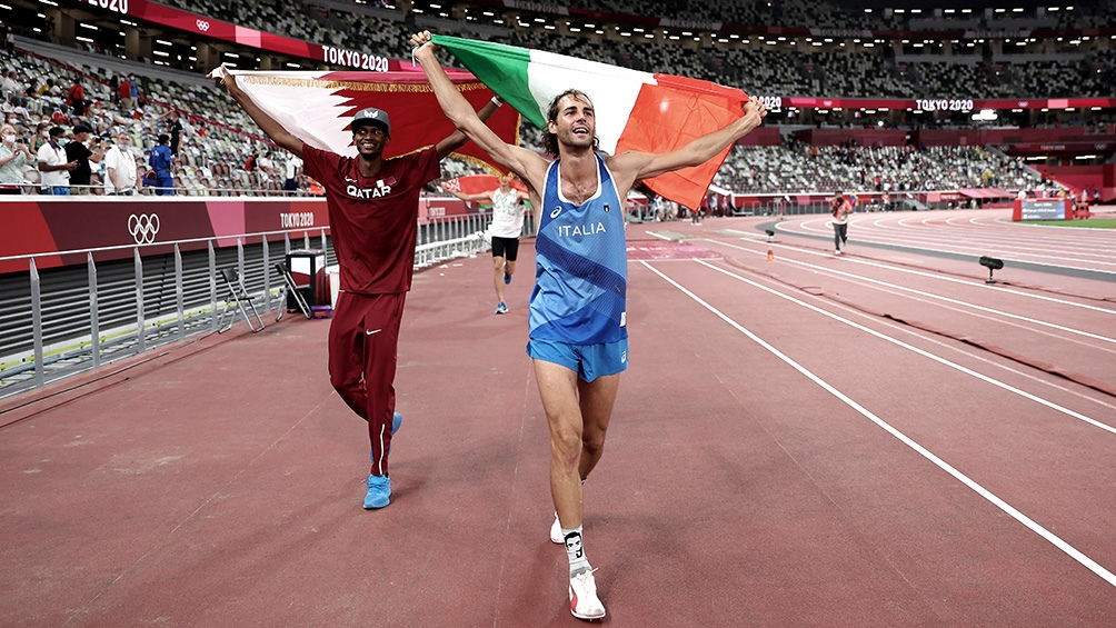 Gianmarco Tamberi y Mutaz Essa Barshim festejan el oro compartido.