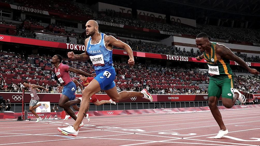 Lamont Marcell Jacobs dando el batacazo en los 100 metros en los JJOO de Tokio 2020.