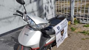 """Detuvieron a dos """"motochorros"""" a bordo de una moto robada en Constitución"""
