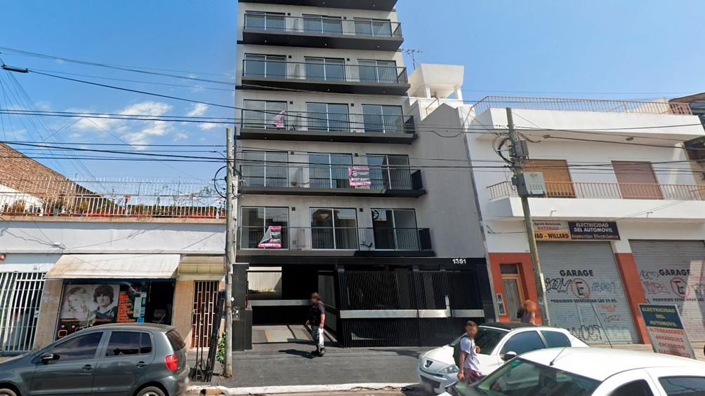 El siniestro se produjo en el cuarto piso del edificio situado en Avenida San Martín 1351. Foto: captura Google Street View.