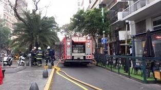 Evacuaron un edificio en Palermo por un incendio que tomó un departamento entero