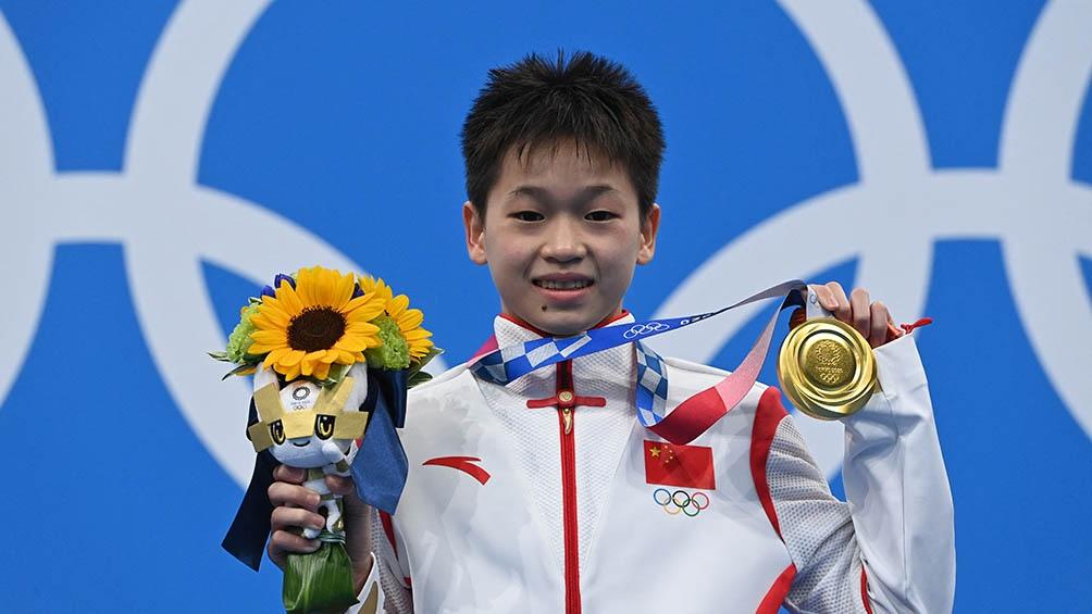 Quan Hongchan en el podio con su medalla de oro.