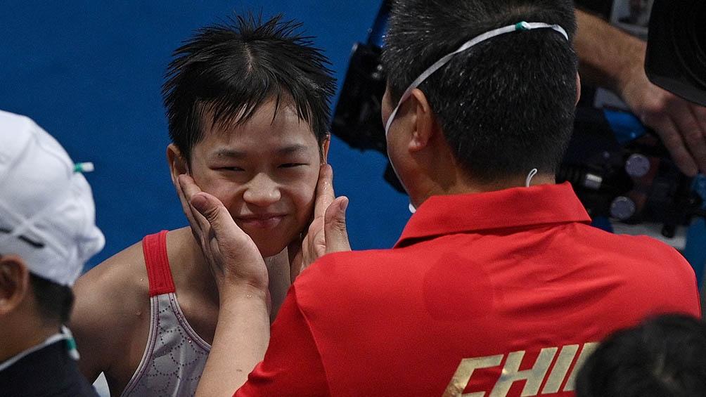 Quan Hongchan festeja su hazaña a los 14 años.