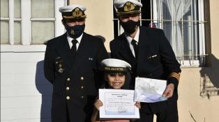 """Gorro de marinero y título de """"gaviera honoraria"""" para una niña que quiere ser parte de la Fragata Libertad"""