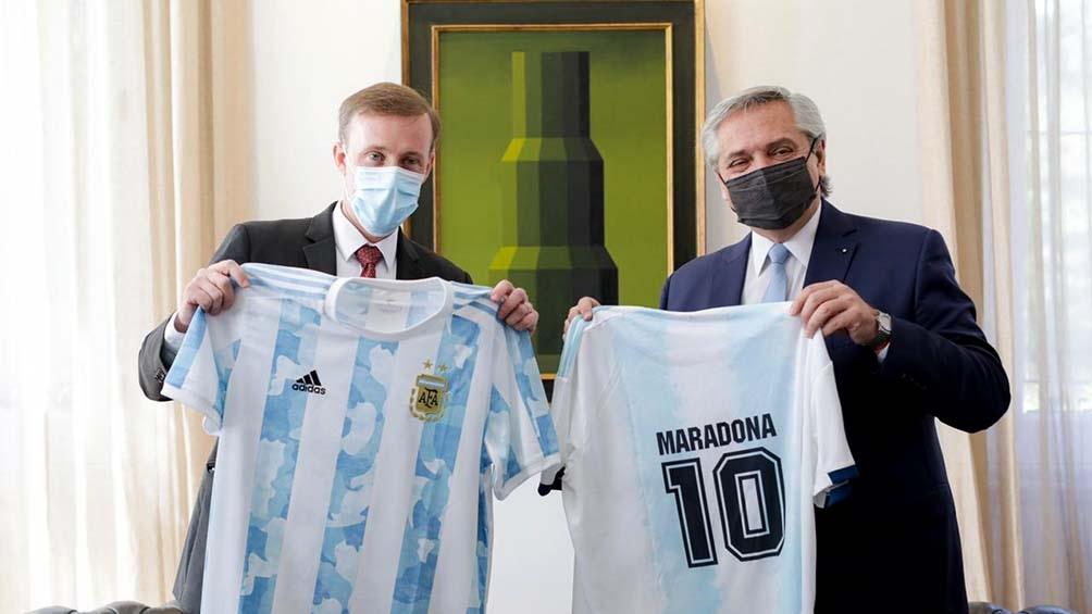 La reunión transcurrió en un buen clima que se coronó con una foto de Fernández y el enviado de la Casa Blanca sosteniendo la camiseta de la selección nacional.