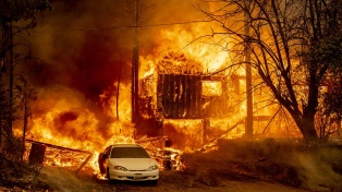 Más de 5.000 bomberos luchan contra un gran incendio forestal en California