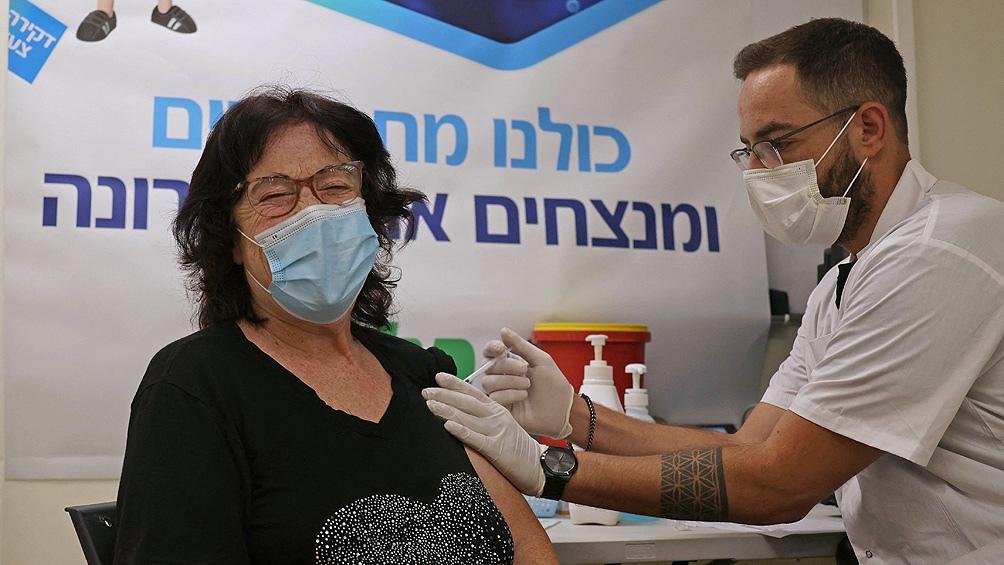 Las autoridades israelíes intensificaron la campaña de vacunación con la tercera dosis.