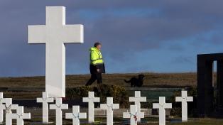 Comienzan los trabajos forenses en una tumba colectiva en el cementerio de Darwin
