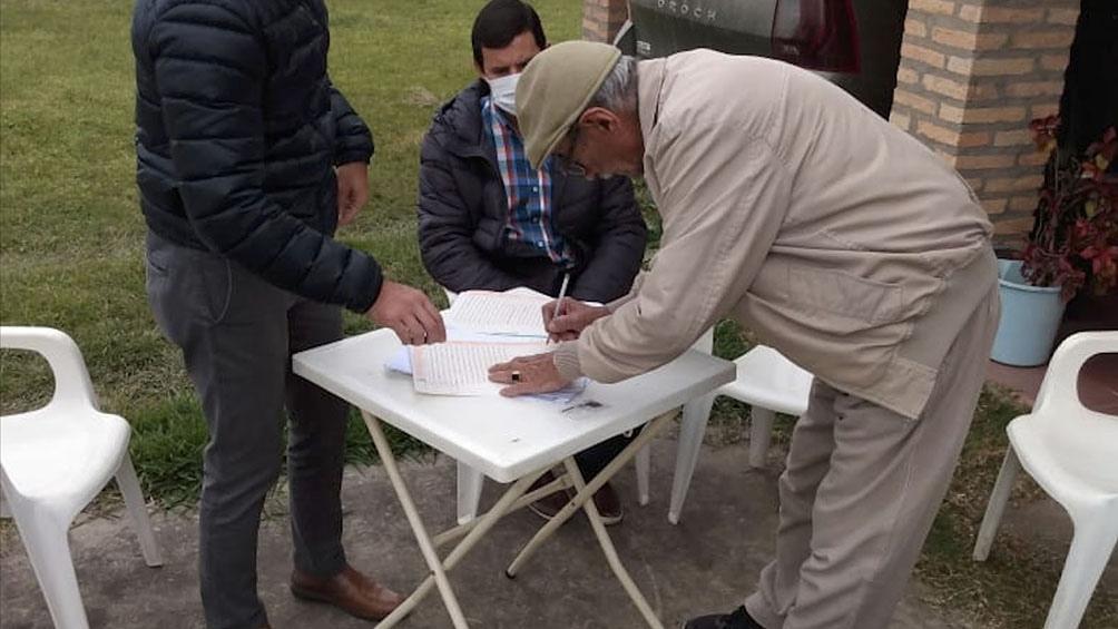 Félix Silva firmó este viernes, junto a su esposa Fredelinda Nuñez, los documentos para la donación.