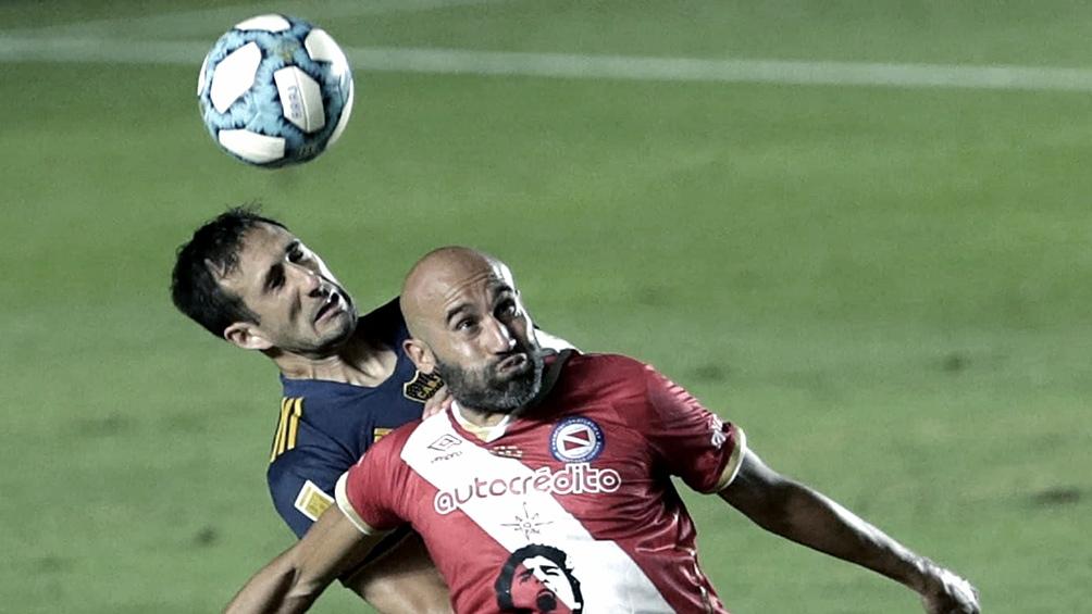 Boca se mide contra Argentinos en La Bombonera.