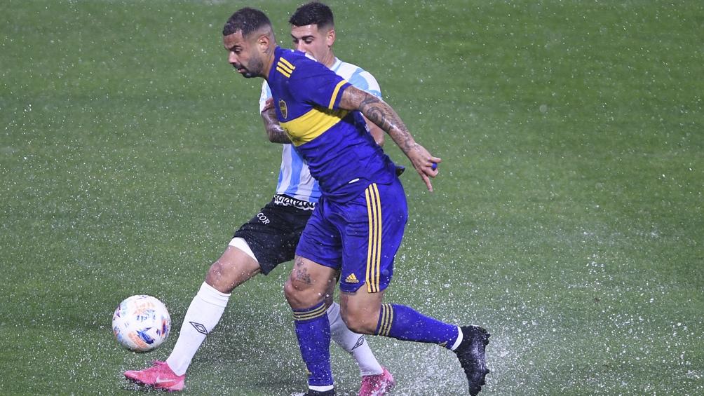 Cardona, una buena y una mala: metió el centro del gol pero también fue expulsado (Foto: Maximiliano Luna).