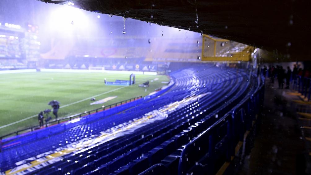 El partido se jugó bajo una lluvia torrencial (Foto: Maximiliano Luna).