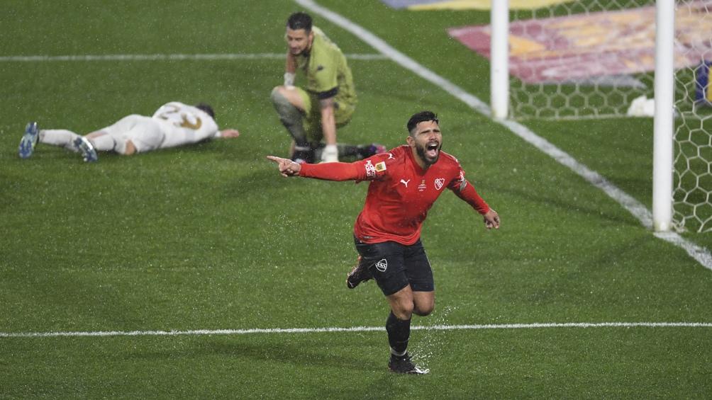 Silvio Romero festeja su gol ante Racing.